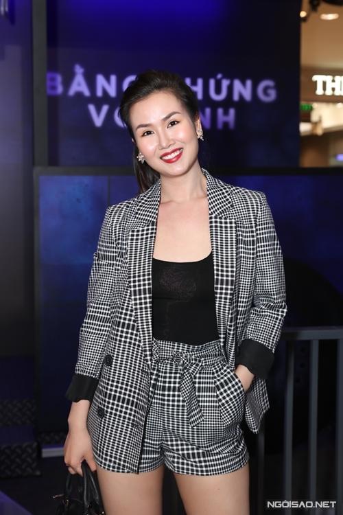 Trước khi vào rạp, ca sĩ Võ Hạ Trâm khá căng thẳng khi xem cảnh Quang Tuấn giết người trong trailer phim Bằng chứng vô hình.