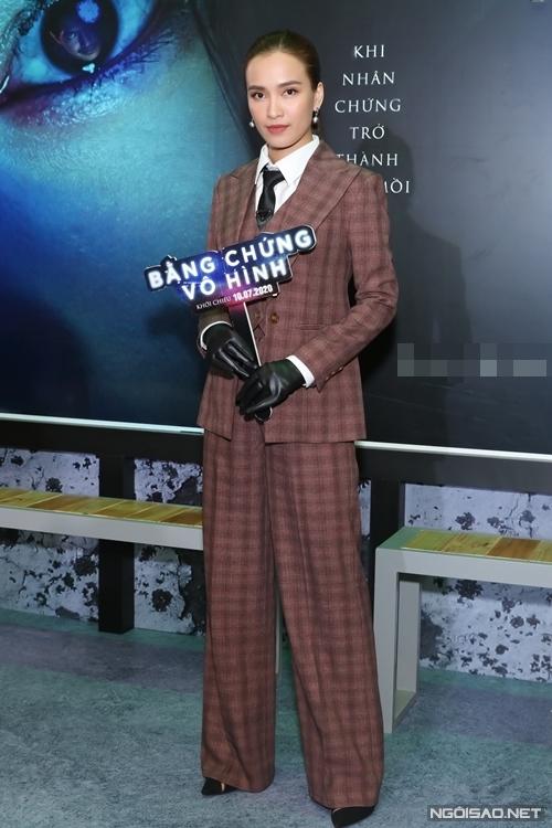 Ca sĩ Ái Phương vào vai một nữ trinh sát, là người đồng hành cùng Phương Anh Đào trong phim.