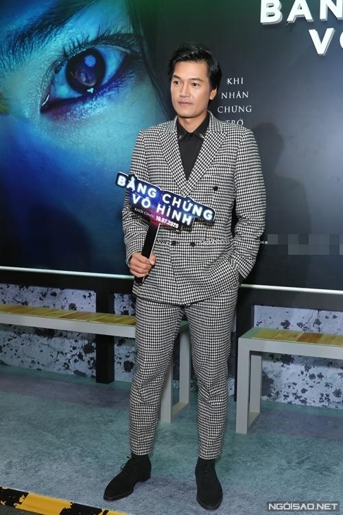 Bằng chứng vô hình là phim điện ảnh thứ hai của Quang Tuấn. Anh vào vai một tên sát nhân biến thái, có nhiều cảnh bạo hành phụ nữ.