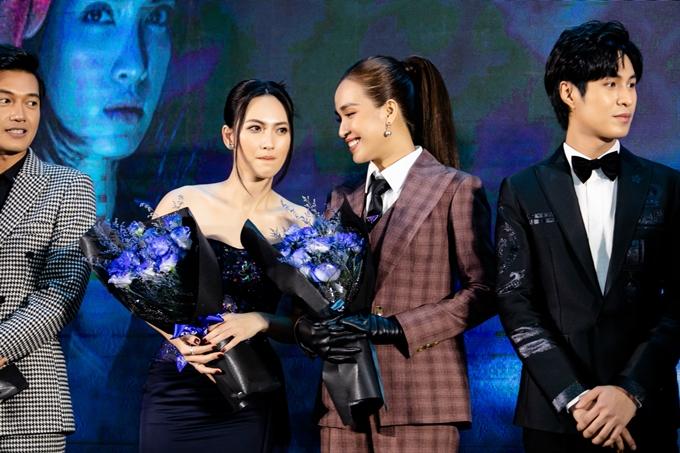Ái Phương và Phương Anh Đào thì thầm thân mật khi lên sân khấu giao lưu.