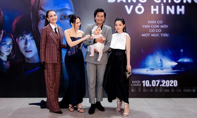 Quang Tuấn bế con gái cùng vợ - ca sĩ Linh Phi (bìa phải) chụp chung với ca sĩ Ái Phương (bìa trái) và diễn viên Phương Anh Đào. Khi vợ chồng Quang Tuấn bồng bé Gạo tới sự kiện, nhiều người chạy tới cưng nựng cô con gái đầu lòng đáng yêu của anh.