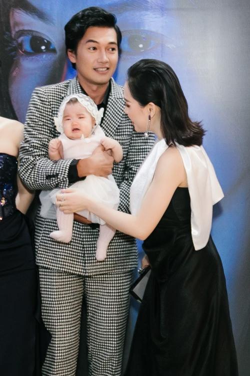 Linh Phi dỗ dành con gái khi bé Gạo òa khóc.