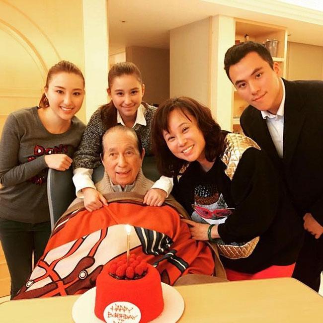 Ông Hà Hồng Sân trong những ngày cuối đời, bên vợ ba và các con chung của họ.