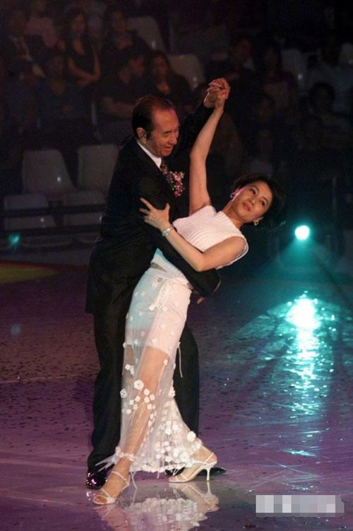 Ông Hà và vợ tư nhảy với nhau tại một sự kiện truyền thông.