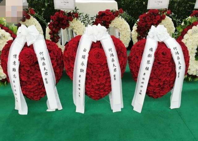 Các vòng hoa đặc biệt do các bà vợ gửi đến trong tang lễ ông Hà Hồng Sân.