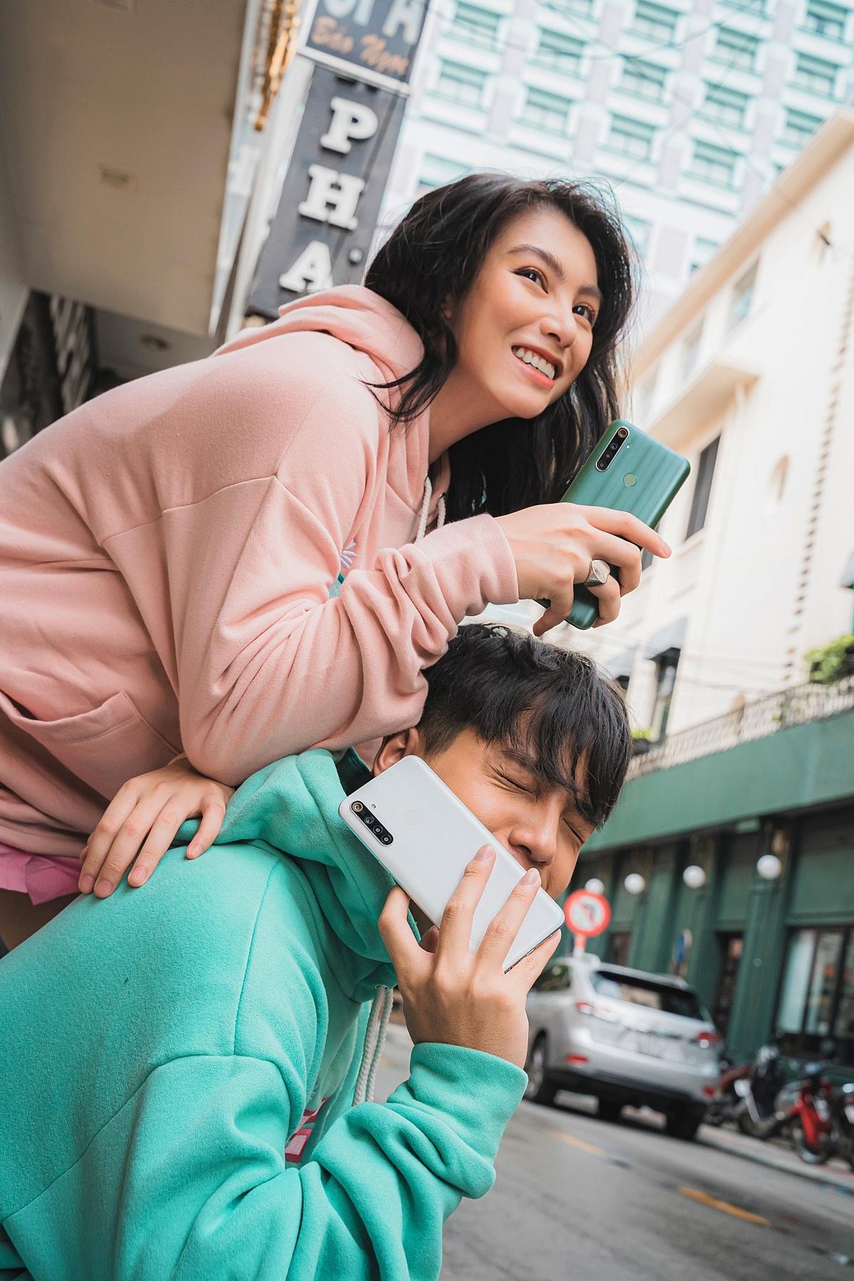 Realme 6i năng động: Realme 6i là em út trong bộ ba smartphone mới nhất, thể hiện phong cách tươi trẻ và năng động. Thiết kế tối giản với các đường vân sáng điểm xuyết ở mặt lưng cùng hai tùy chọn màu sắc trắng sữa, xanh lục trà độc đáo giúp mẫu điện thoại này phù hợp với các bạn yêu thích gout thời trang thể thao.