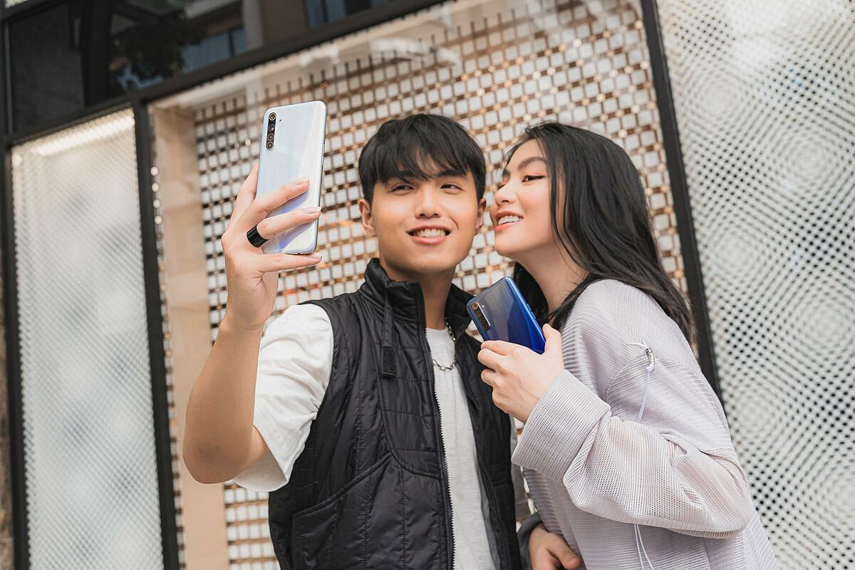 Bên cạnh vẻ ngoài thời trang, Realme 6 còn sở hữu màn hình tần số làm tươi 90Hz đầu tiên trong phân khúc, bộ 4 camera AI, sức mạnh xử lý ấn tượng cùng công nghệ sạc nhanh VOOC 4.0, tạo dấu ấn trong mắt người dùng trẻ.