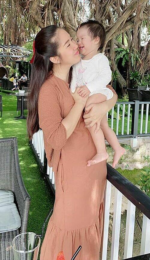 Diễn viên Lê Phương hạnh phúc bên con gái.