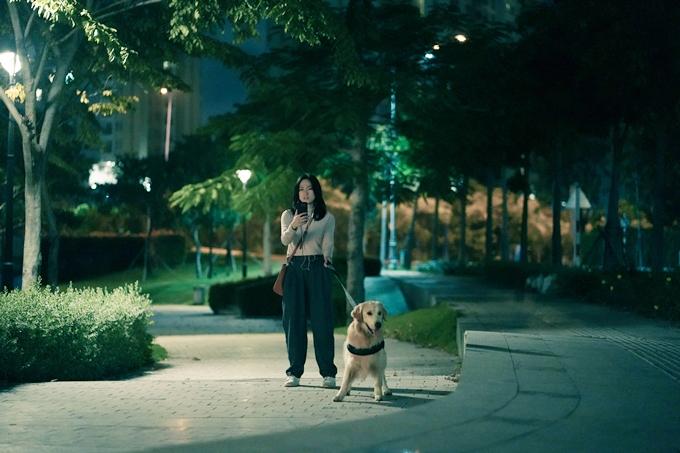 Phương Anh Đào cùng chú chó Ben quay cảnh bị Quang Tuấn rượt đuổi trong công viên.
