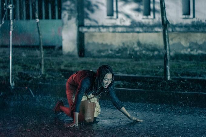 Phương Anh Đào có hai cảnh quay nặng cả về tâm lý và hành động dưới mưa.