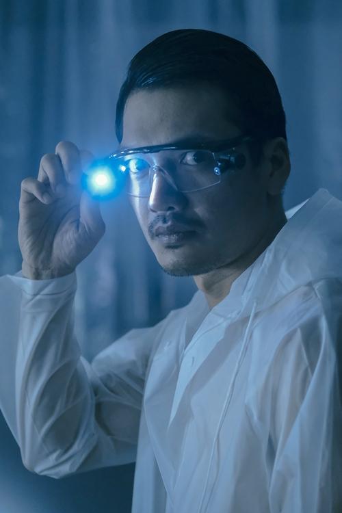 Quang Tuấn trong vai bác sĩ thẩm mỹ mắt có tâm lý phạm tội biến thái.
