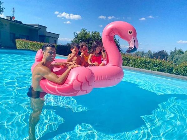 C. Ronaldo chơi đùa với ba con hôm cuối tuần.