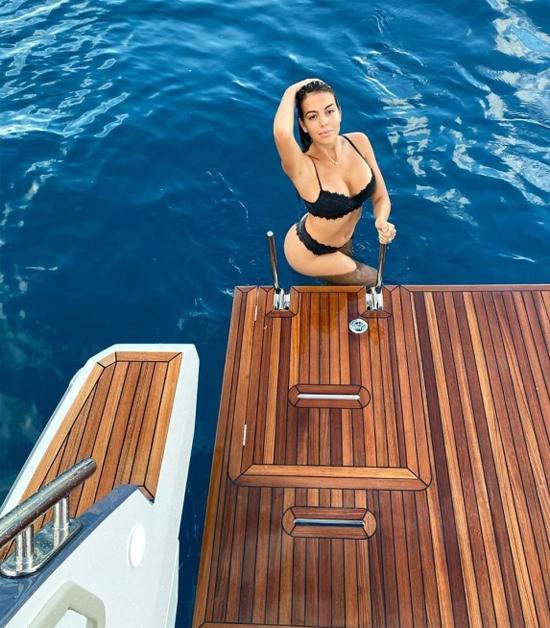 Bạn gái C. Ronaldo khoe thân hình quyến rũ trên du thuyền.