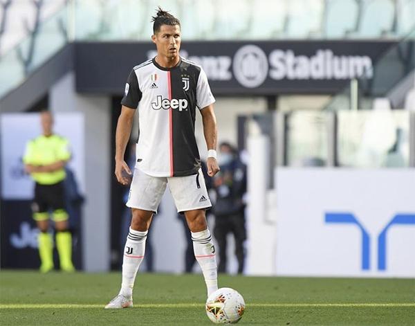 Hôm 4/7, khi thực hiện cú đá phạt trực tiếp ghi bàn trong trận thắng 4-1 trước Torino, C. Ronaldo vẫn có lọn tóc buộc trên đầu. Ảnh: Instagram.