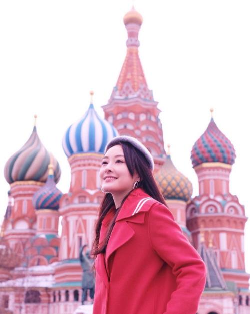 Nga cũng là một trong những điểm đến yêu thích của người đẹp họ Trần bởi khí hậu lạnh. Nữ diễn viên ghé thăm quảng trường Đỏ ở thủ đô Moscow và đến khu trượt tuyết ở Murmansk.