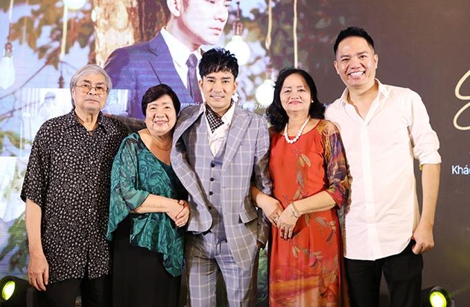 Quang Hà (vest xanh) và Quang Cường (áo trắng) chụp ảnh cùng gia đình.