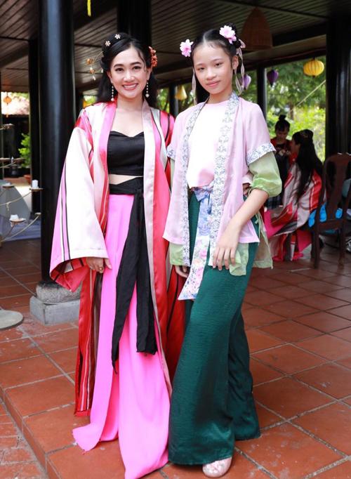 Diễn viên Phương Lan của phim Gái già lắm chiêu (trái) ấn tượng với chiều cao nổi trội của cô bé 11 tuổi.