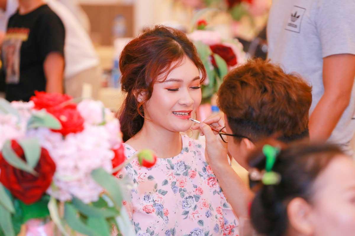 Khách tham gia sự kiện có cơ hội hóa thân thành cô dâu, chú rể với sự hỗ trợ của những chuyên gia make-up và tạo mẫu tóc chuyên nghiệp.