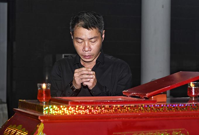 NSND Công Lý đi cùng các nghệ sĩ của Nhà hát Kịch Hà Nội.