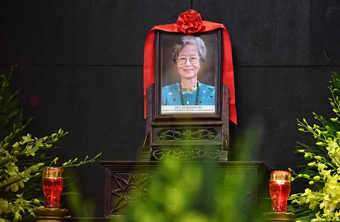 Lễ viếng của NSƯT Hoàng Yến diễn ra tại Nhà tang lễ Bộ Quốc phòng. Bà ra đi nhẹ nhàng trong lúc ngủ hôm 4/7 ở tuổi 88, khiến gia đình bất ngờ và đến giờ vẫn chưa thể nào tin đó là sự thực.
