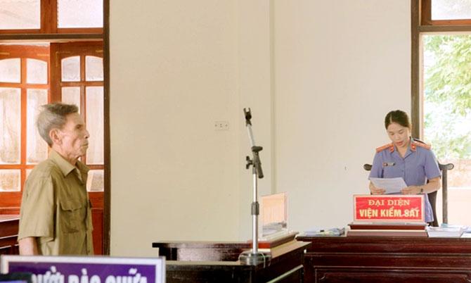 Bị cáo Nguyên (bên trái) tại tòa. Ảnh: Cảnh Dương
