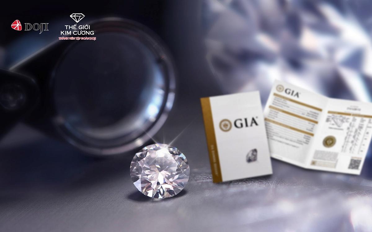 Mỗi viên kim cương trong bộ sưu tập Bách lộc Trường cửu đều có kiểm định GIA – Chứng nhận kiểm định kim cương uy tín nhất thế giới, với các tiêu chuẩn khắt khe về màu, độ tinh khiết, chất lượng chế tác... Với thông điệp Không lo về giá từ hai thương hiệu DOJI và Thế Giới Kim Cương, chỉ từ 18 triệu đồng, khách hàng có thể sở hữu được một viên kim cương tự nhiên trong bộ sưu tập này. Trong chương trình này, DOJI còn tung ưu đãi tới 300 triệu đồng với bộ sưu tập kim cương viên Bách lộc trường cửu.