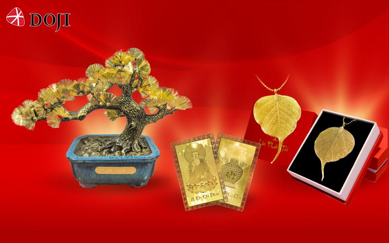 Ngoài ưu đãi cho các dòng hàng trang sức vàng ta, DOJI đồng loạt giảm giá các sản phẩm quà tặng vàng Kim Bảo Phúc tới 50% như Kim Tùng Thượng Thọ, Kim Ngân Phát Tài, Kim Tuất, Kim Hợi... Đặc biệt, với hai dòng sản phẩm Thẻ Bình an và Lá Bồ đề sẽ có ưu đãi mua một tặng một trong tháng 7 này.