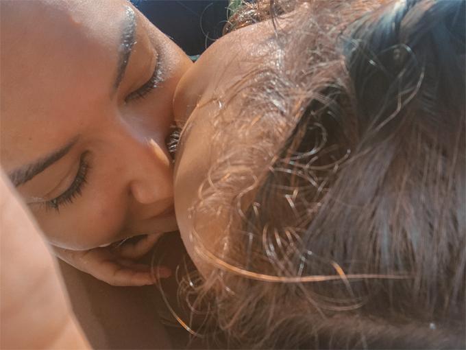 Naya Rivera đăng ảnh hôn con trai vào ngày 8/7. Đến buổi chiều, cô mất tích trên hồ.