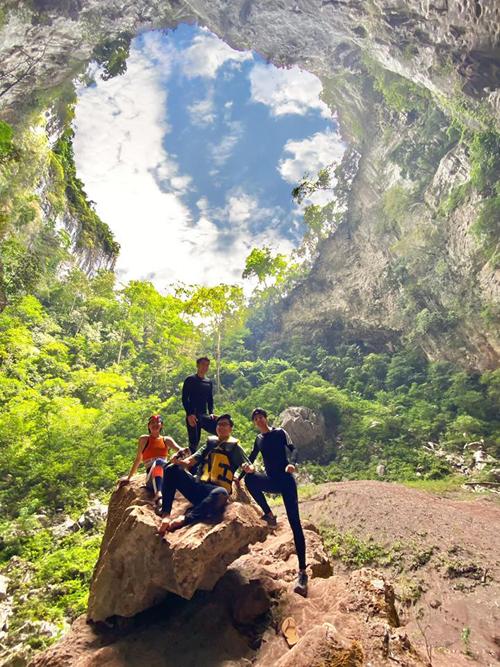 Đây là thám hiểm đầu tiên của Khánh Linh cùng 2 người bạn thân là blogger Vũ Dino và Kendall Nguyễn (thí sinh Vietnam Idol 2010, tên thật là Đăng Khoa). Để chuẩn bị thể lực, cả 3 phải luyện tập chăm chỉ cả tháng và rất háo hức. Cả đêm thao thức vì đã chờ đợi chuyến đi này một tháng trời.