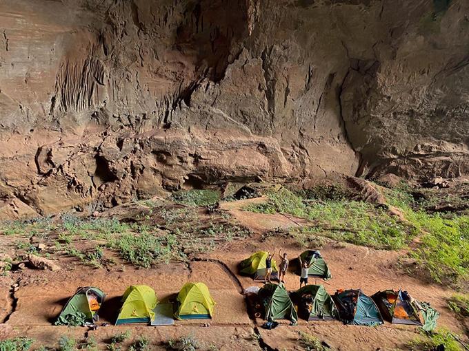 Buổi đêm, Khánh Linh dựng lều ngủ trong hang. Khu vực hang khô, an toàn cho việc nghỉ lại qua đêm. Theo anh tour guide, tháng này đi thám hiểm hang còn dễ, chứ tới mùa mưa lũ, nước lên tới trần hang thì không tài nào đi được.