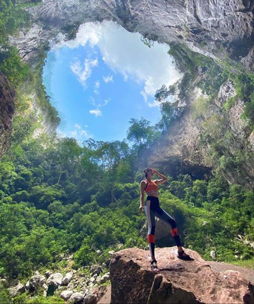 Khánh Linh cùng những người bạn thân thiết vừa có chuyến thám hiểm 3 ngày 2 đêm qua các hang động nổi tiếng ở Quảng Bình. Người đẹp chia sẻ cảm xúc không thể tin mình có thể làm được khi chinh phục hố sụt Kong Collapse, hang Tiger, hang Over và Pigmy - hang động lớn thứ 4 thế giới. Khu vực này nằm trong vùng lõi rừng quốc gia Phong Nha - Kẻ Bàng.