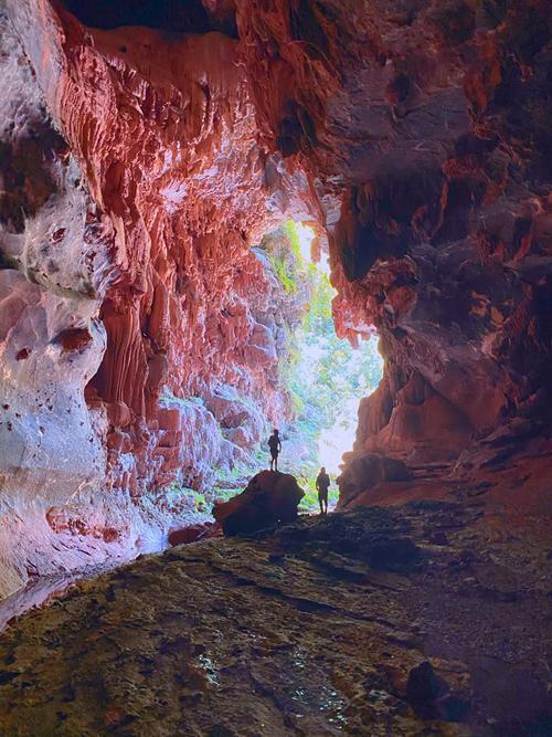 Càng vào sâu trong hang, cả nhóm càng được chiêm ngưỡng cảnh đẹp. Thạch nhũ có hình dáng kỳ lạ, độc đáo nhưng không ai dám chụp vì sợ ngã.