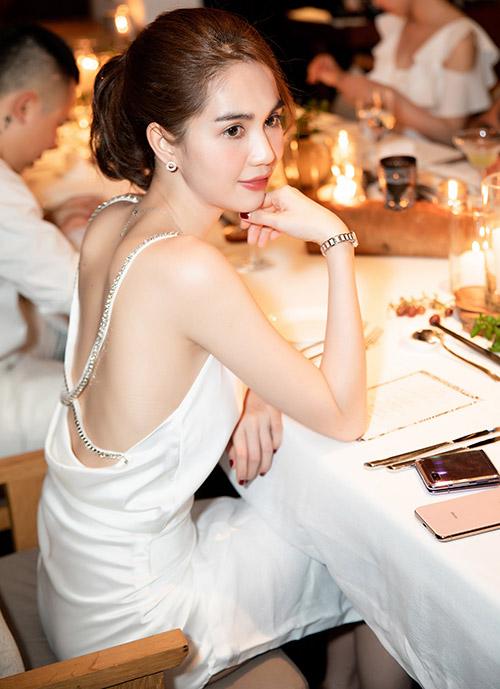 Ngọc Trinh khoe lưng trần sexy khi dự buổi tiệc sang trọng, ấm cúng trong resort 6 sao.