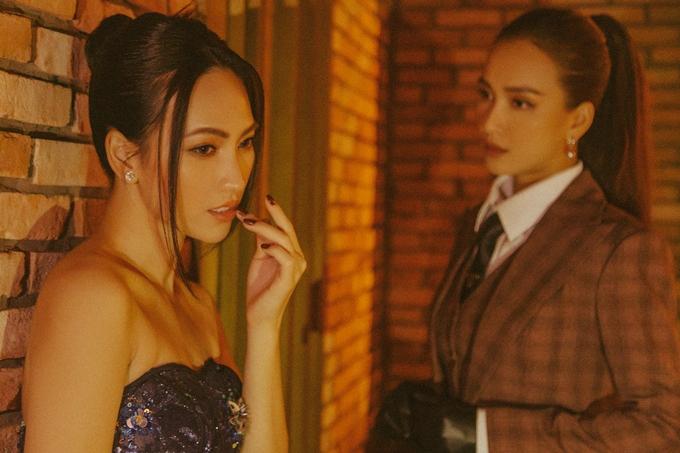 Tranh thủ khoảng thời gian trống trước giờ sự kiện, hai sao nữ của phim Bằng chứng vô hình thực hiện một bộ hình đầy thân thiết.