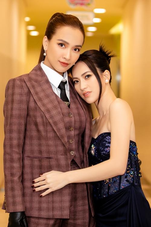 Tại sự kiện ra mắt phim Bằng chứng vô hình tại TP HCM hôm 7/7, thay vì kết đôi với nam chính Quang Tuấn, Phương Anh Đào và Ái Phương lựa chọn kết đôi cùng nhau trên thảm đỏ và sân khấu.