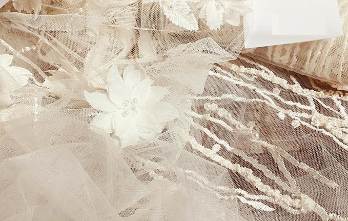 NTK Phương Linh - người thực hiện chiếc váy cưới mang tên cô dâu cũng chia sẻ thêm rằng, hoa mai trắng trong quan niệm của người Việt còn là biểu tượng về sự tốt lành, phú quý, là hiện thân cho cốt cách, phẩm chất của người con gái. Vì thế, không chỉ là một tác phẩm, chiếc váy còn thể hiện sự trân quý của NTK với cô dâu, mong muốn tôn vinh vẻ đẹp thuần khiết cho tân nương trong ngày trọng đại.