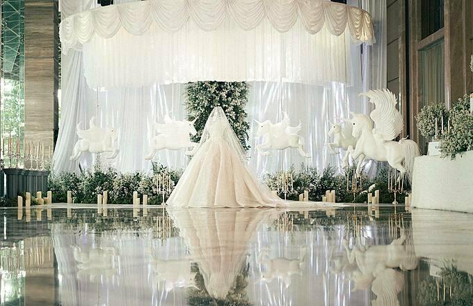 Đúng 5 tiếng trước giờ cử hành hôn lễ, Phương Mai - cô dâu hiện sống và làm việc tại Đồng Nai mới lần đầu được chạm tay vào chiếc váy cưới trong mơ của mình, dù Mai đã bắt đầu lên ý tưởng cho bộ lễ phục từ hồi tháng 3. Nàng dâu phương nam trao gửi niềm tin cho NTK Phương Linh ở Hà Nội nên toàn bộ quá trình từ lấy số đo, thảo luận ý tưởng đến chốt bản vẽ thiết kế đều được thực hiện từ xa. Tuy với người khác, đây có thể là một sự liều lĩnh nhưng bản thân Phương Mai bảo cô chưa từng hối hận vì quyết định của mình.