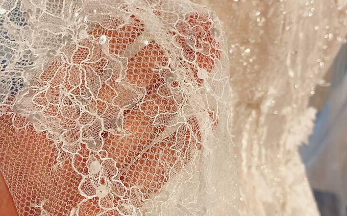 Toàn bộ chất liệu làm nên chiếc váy cưới đều được nhập ngoại và nhiều chi tiết thực hiện thủ công.