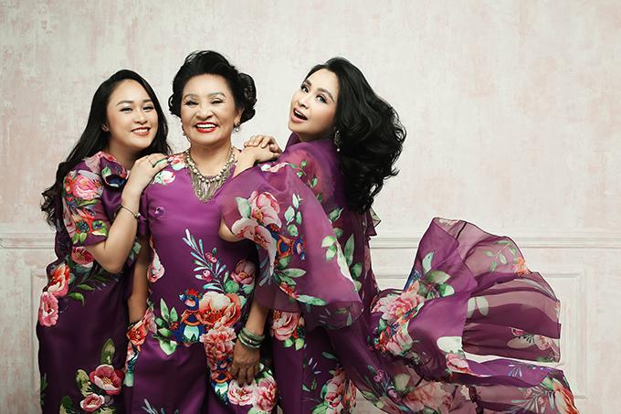 Với mong muốn lưu lại khoảnh khắc tràn ngập hạnh phúc của ba thế hệ gia đình, Thanh Lam đã thực hiện bộ ảnh cùng mẹ - nghệ sĩ Thanh Hương và con gái Thiện Thanh.
