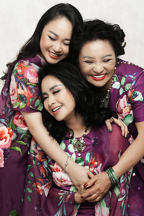 Thanh Lam chọn váy hoa với tông tím chủ đạo của nhà mốt Vũ Ngọc & Son để khoe sắc cùng mẹ và con gái.