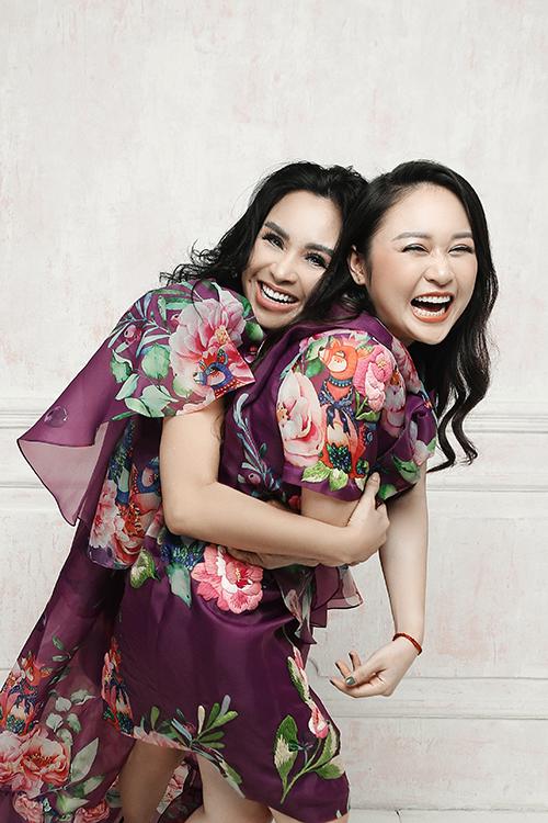 Vái in hoạ mẫu đơn rực rỡ được thể hiện trên 3 phom dáng phù hợp với phong cách của từng thành viên trong gia đình Thanh Lam.