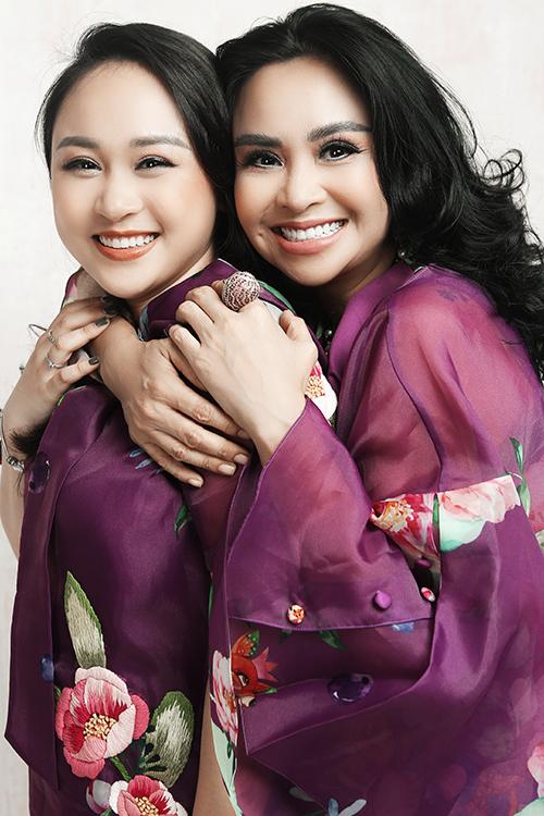Tím tím lãng mạn cùng chất liệu organza và tafta khiến hình ảnh của Thanh Lam và con gái thêm phần dịu dàng, duyên dáng.