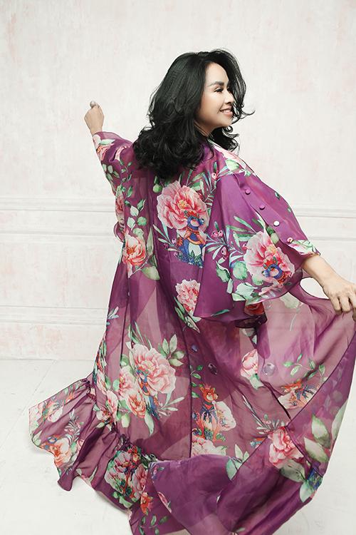 Vải organza mỏng được sử dụng để làm áo choàng mix đồng điệu với đầm liền thân in muôn cánh hoa mẫu đơn.