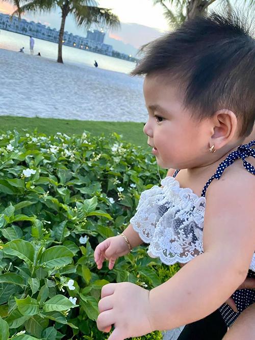 Bé Nấm hiện đã gần 6 tháng tuổi, có nết ăn và nết ngủ rất ngoan nên Jennifer Phạm có thể yên tâm gửi con cho người nhà mỗi lần đi xa.