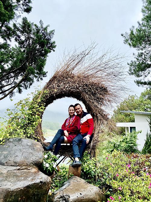 Đầu tháng 7, ngay trước ngày sinh nhật của Jennifer Phạm, cặp đôi có chuyến nghỉ dưỡng lãng mạn tại Đà Lạt. Trước đó, họ cùng nhau đi Nha Trang cùng nhóm bạn thân.