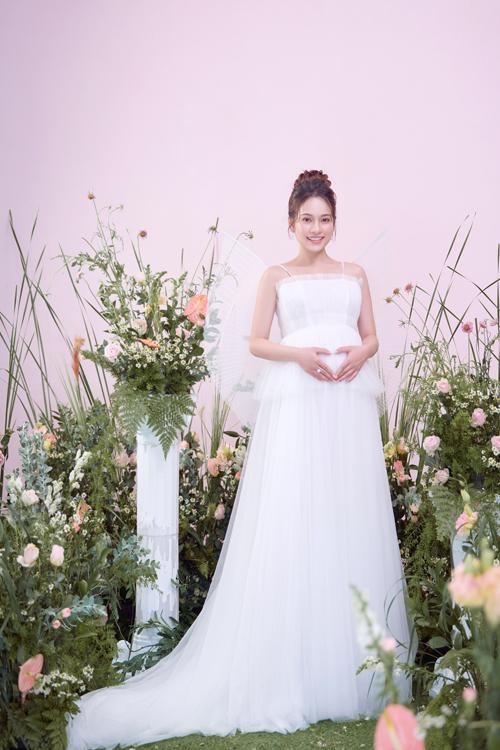 Để chuẩn bị cho hành trình làm mẹ, Sara Lưu chịu khó tích lũy kinh nghiệm từ sách báo, hỏi người thân từng chút.