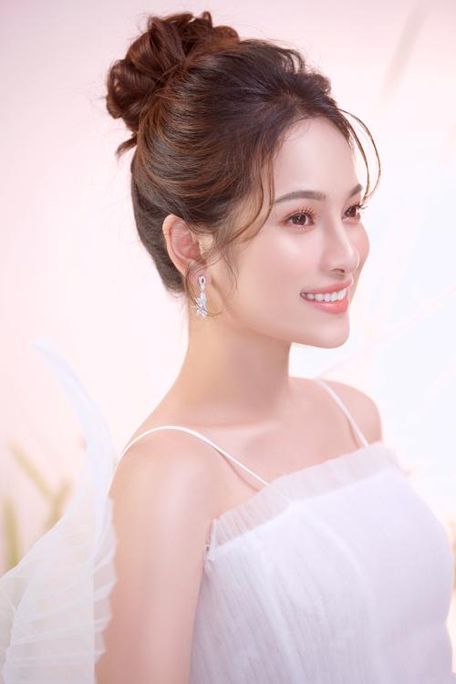 Bộ ảnh được thực hiện bởi nhiếp ảnh: Mon Trần, stylist: Trần Nhật Duy, set design: Nina Nguyễn, trang điểm: Maika, làm tóc: Diệp Nguyễn.
