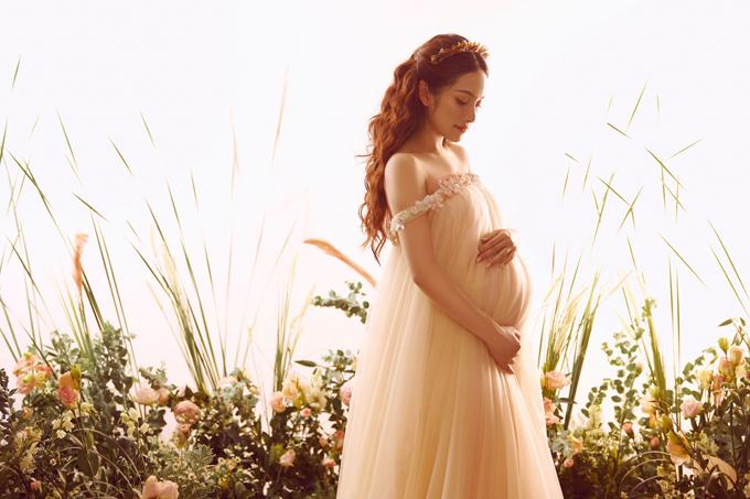 Mang bầu thai song sinh, Sara Lưu vẫn khỏe mạnh, không nghén, trừ vòng hai, chân tay chị mảnh khảnh, được khen nhuận sắc.