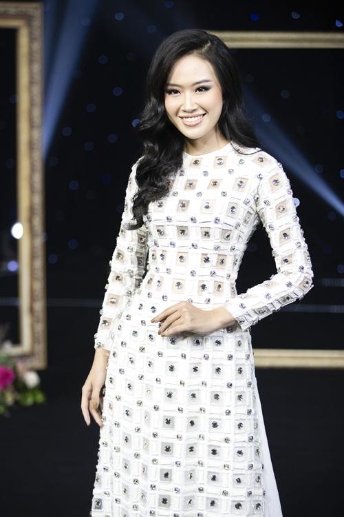 Một gợi ý khác biệt của Minh Châu cho cô dâu trong ngày hỷ sự là áo dài họa tiết khối hình học, phù hợp cho cô dâu thích sự phá cách. Tấm áo cổ tròn cũng giúp nàng bớt bức bí khi làm lễ ngày hè, phù hợp cô dâu có khuôn mặt tam giác ngược, trái xoan.