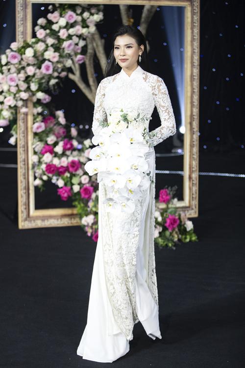 Tối 9/7, Thúy Diễm xuất hiện trong vai trò vedette của show giới thiệu bộ sưu tập áo dài từ NTK Minh Châu, thể hiện những bước đi uyển chuyển.